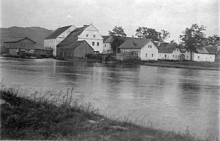 Mlýn v Předním Hamru na staré pohlednici (viz i Gustav Jungbauer, Johann Jungbauer a Rudolf Jungbauer)