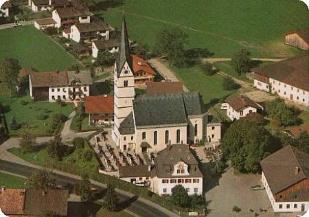 Kostel sv. Vavřince a přilehlý hřbitov v bavorské farní vsi Pfaffenhofen am Inn, kde je srodiči a manželem pochována