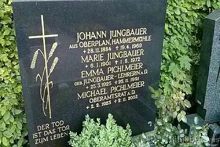 Hrob Pfaffenhofen am Inn, kde je pochována s manželem Michaelem a rodiči Johannem a Marií Jungbauerovými