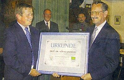 Se starostou rakouské obce Kleinzell, která ho poctila čestným občanstvím