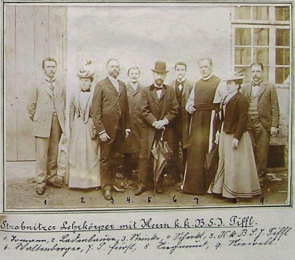 Její muž Rudolf Piffl jako okresní školní inspektor, zde s deštníkem uprostřed učitelů v Horní Stropnici někdy kolem roku 1900: třetí zleva stojí ředitel školy Franz Steinko, šestý zleva tehdy mladičký učitel Johann (Hans) Waltenberger)