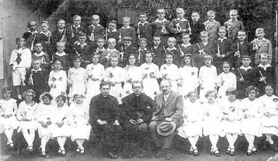 Tady sedí vedle faráře Wastla s dětmi ročníků narození 1923-1925, které tehdy přistoupily k prvnímu svatému přijímání