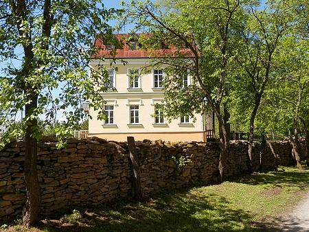 Bývalá německá škola ve Velkých Skalinách, ve které se narodil