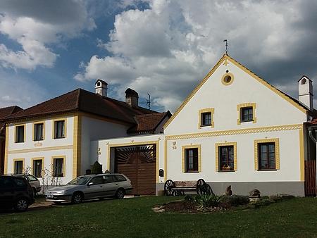 Takto dnes vypadá památkově chráněný dům čp. 19 v Holašovicích, kde žili jeho rodiče