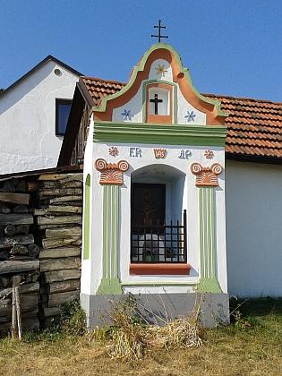 Kaplička na východním okraji Holašovic