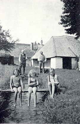 Koupání na Huťském Dvoře v létě roku 1936