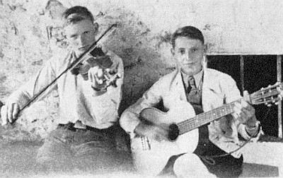 Anton Köck z Huťského Dvora, zde na snímku z chlapeckých let s kytarou, padl v červenci 1944 u ruského Bobrujska
