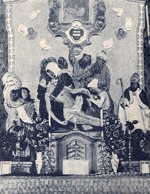... a původní umístění dřevěné plastiky na bočním oltáři kostela vKorkusově Huti před odsunem
