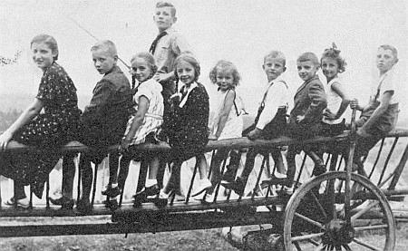 Děti na Bojerhofu (měl 73 hektarů) v Huťském Dvoře, dnes zcela zaniklém, někdy ve druhé půli třicátých let