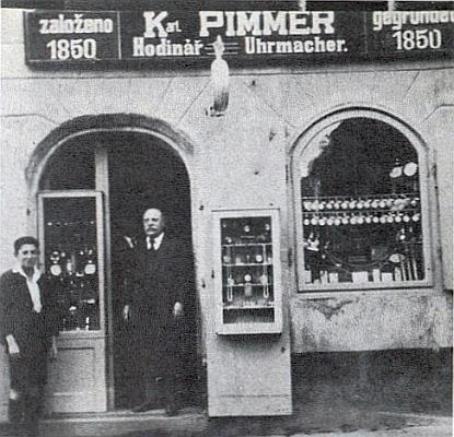 Jako patnáctiletý před otcovou hodinářskou firmou v Prachaticích roku 1928