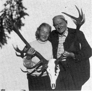 Blahopřání k jeho osmdesátinám bylo v krajanském měsíčníku doprovázeno tímto snímkem jubilanta s manželkou