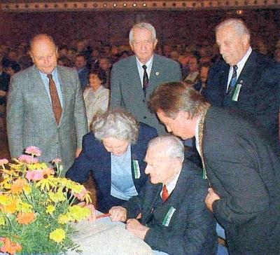 Za pomoci své ženy Elisabeth se tu v roce 2002 zapisuje do Zlaté knihy města Freyung - za nimi stojí v pozadí i Hans Harwalik a Franz Xaver Jedlitschka