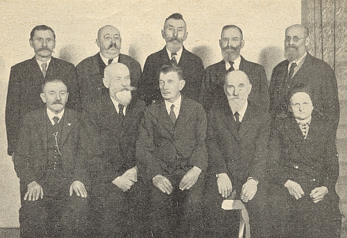Jeho otec, obchodník Otto Pinsker (Zens), zde stojí prvý zleva mezi zakladateli mlékařského družstva ve Volarech