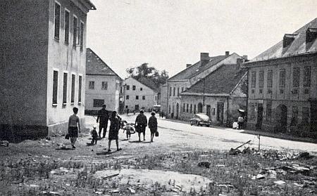 V popředí snímku z roku 1965 vidíme místo, kde stával jeho rodný dům