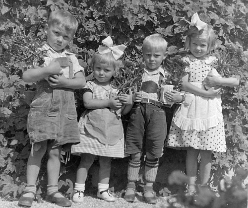 Na snímku z roku 1935 jsou zleva zachyceni bratři Otto a Gerold Pinskerovi, Gerold přitom jako holčička smašlí, dále napravo jejich bratranec Herwig Zahorka a sestřenice Inge, Herwigova sestra (matky obou sourozeneckých dvojic byly sestry, roz. Schramlovy)