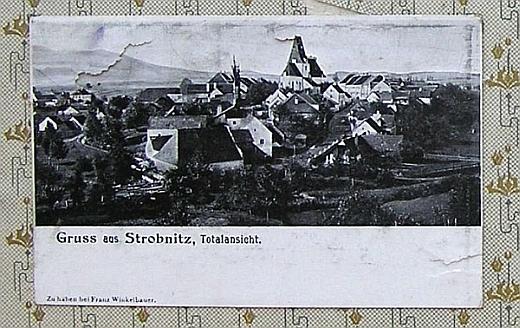 Jiná stará pohlednice obce, jak ji kdosi vlepil do místní školní kroniky z let 1906-1924, doznala jistých poškození