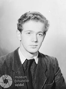 Tento snímek z fotoateliéru Seidel je datován 20. listopadu 1948 a zadán na jméno Piverka aadresu Český Krumlov