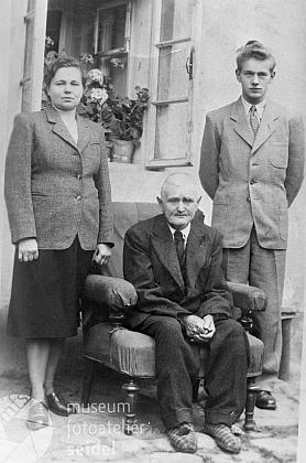 """Na snímku fotoateliéru Seidel, datovaném 9. ledna 1951 ve Větřní na jméno Valter Piverka, jsou zachyceny hned tři generace Němců, kteří """"zůstali"""""""