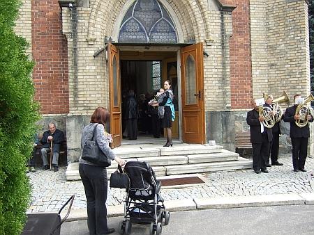 Záběr z jeho pohřbu: mohu dosvědčit, že na něm nezaznělo ani slovo německy, jen když klesala rakev do hrobu, hrála hudba šumavskou hymnu beze slov - starý pán vlevo od vchodu je Richard Johann Franz
