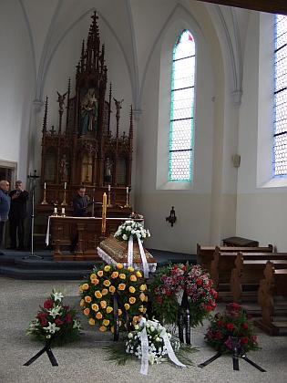 Katolický kněz tu připravuje včeskokrumlovské hřbitovní kapli u oltáře pohřební obřad