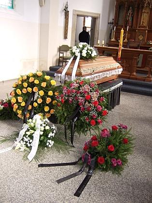 Věnce u rakve: ten vpředu prozrazuje nápisy na stuhách, že je od Zemského shromáždění Němců v Čechách, na Moravě a ve Slezsku a jejich časopisu LandesECHO, vpravo je pak věnec rudých růží od hornoplánského Centra Adalberta Stiftera