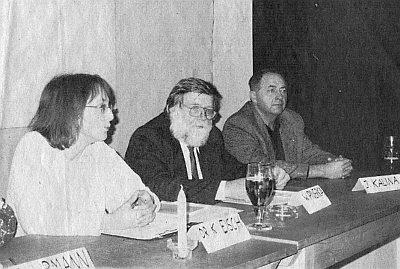 U diskusního stolu v bavorském Frauenau, ten uprostřed
