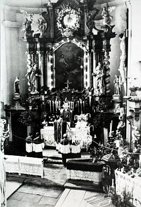 Tento snímek zachytil mši svatou v kostele Nejsvětější Trojice ve Zhůří pod Javornou,  možná je naněm i farář Plach? - kostel byl po odsunu zbořen tak jako celá ves