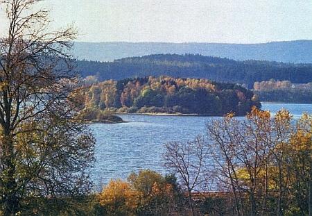 Jiný pohled na někdejší Einsiedelberg, čnící nad hladinou jezera...