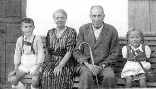Ještě jednou se sestrou Hermine a jejími vnoučaty Edmundem a Irmgard po válce v Teisendorfu (zemský okres Berchtesgadener Land)
