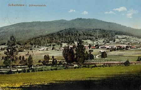 Rodná Zátoň, v pozadí hora Pažení, boční hřeben boubínského masívu, na pohlednici Josefa Seidela