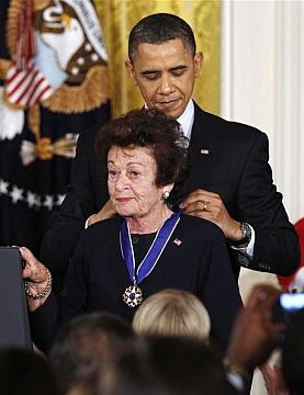 V roce 2011 ji v Bílém domě uděluje prezident Obama Prezidentskou medaili svobody (Presidential Medal of Freedom)