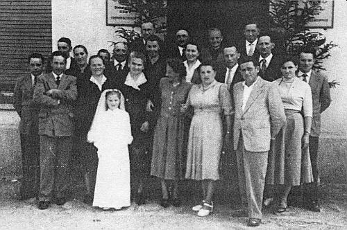 Ve skupině krajanů z Dlouhé Stropnice stojí se založenýma rukama druhý zleva