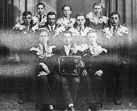 Jako rekrut ročníku 1925 při odvodu k Wehrmachtu roku 1942 (stojí v horní řadě vlevo)