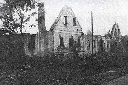 Na snímcích je zachycena usedlost čp. 53 v Dlouhé Stropnici ještě bez novějšího poválečného mostku, s ním a pak před úplným stržením celého stavení