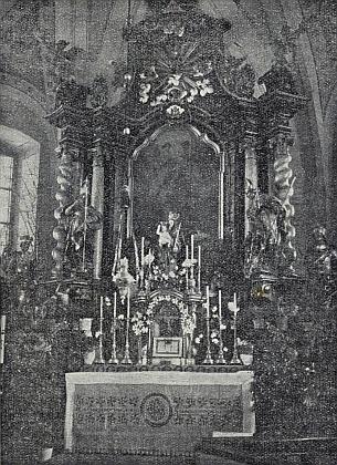 Snímek hlavního oltáře kostela v Dešenicích provází jeho text na stránkách krajanského časopisu