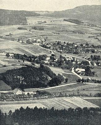 """Milenice s Dešenicemi na snímku, kde v popředí vidíme mlýn zvaný """"Pfeffermühle"""", vzadu pak výšinu """"Christelhöhe"""" s vrchem """"Kühberg"""" (dnes na mapě nijaká česká označení nenacházíme)"""