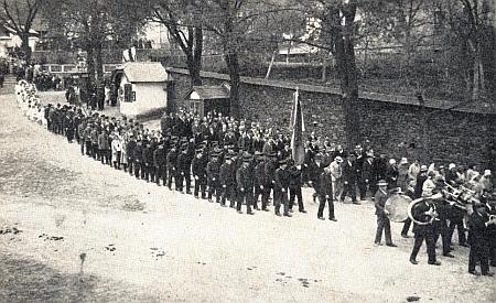 Průvod ke svěcení misijního kříže v Dešenicích roku 1932