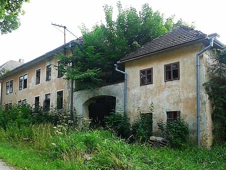 Zpustlé stavení Pleischlových v Perneku