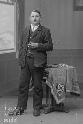 Podle jména a adresy by na těchto snímcích fotoateliéru Seidel z let 1920 a 1921 měli být jeho sourozenci Alois a Paula