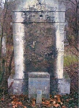 Pleischlův náhrobek na někdejším vídeňském hřbitově St. Marx (vlevo) a novější na Ústředním hřbitově města Vídně (vpravo)
