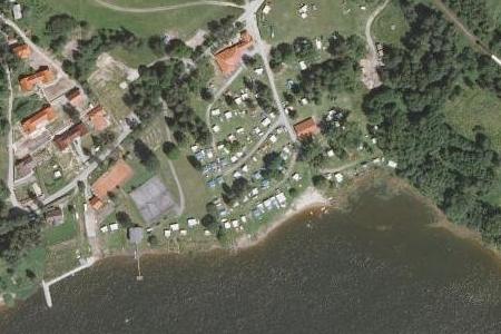 Jenišov na leteckých snímcích z let 1949 a 2008, dnešní zástavbu tvoří rekreační objekty