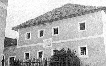 Rodný dům Pleischlův v někdejším Jenišově čp. 12 s pamětní deskou