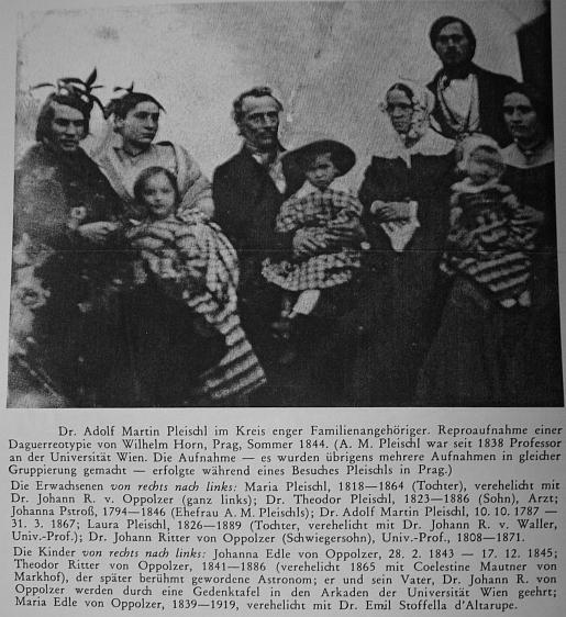 Vzácný snímek Pleischlův v kruhu příslušníků vlastní rodiny - na klíně mu tady sedí Theodor Oppolzer,     jehož otec Johann rytíř von Oppolzer, Pleischlův zeť, je zachycen zcela vlevo