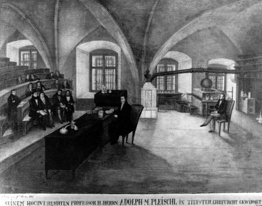 Obraz ho zachycuje při přednášce v historické budově pražského Karolina, za ním asistent, připravený pomoci mu v případě potřeby