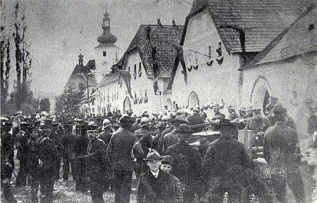 Hasičská slavnost v Cetvinách ještě za starého mocnářství sčernožlutou vlajkovou výzdobou (viz i Robert Böhmdorfer, Alois Harasko a  Gerta Schöllhammerová)