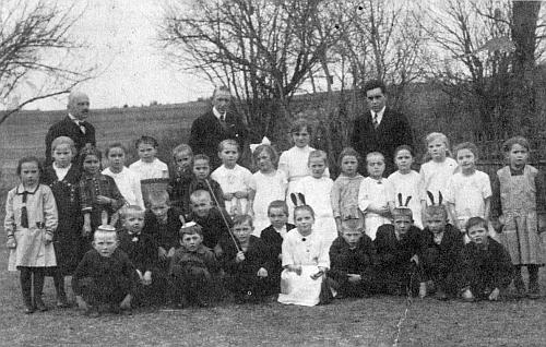 Pan učitel Plodek s dětmi z Cetvin při školním představení na Květnou neděli 1. dubna 1928 stojí prvý zleva