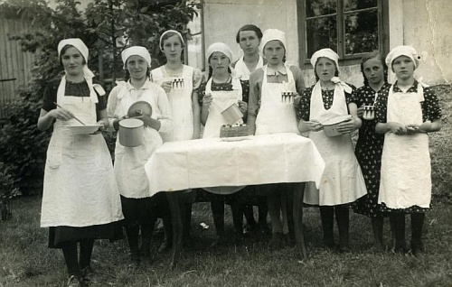 Škola vaření v Dolním Příbrání s paní řídící Plodekovou a děvčaty ročníku narození 1921