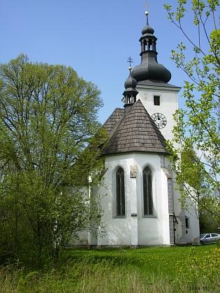 Cetviny dnes - opravený kostel a rozpadající se statek (viz i Martha Häringová)