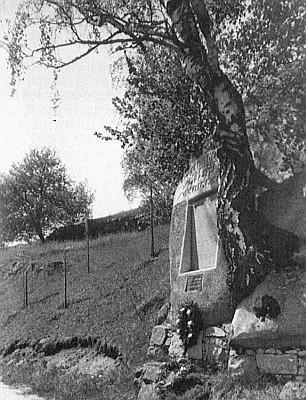 Památník padlých mezi někdejšími Cetvinami a Mikulovem s čerstvě tehdy vysázenými stromy...