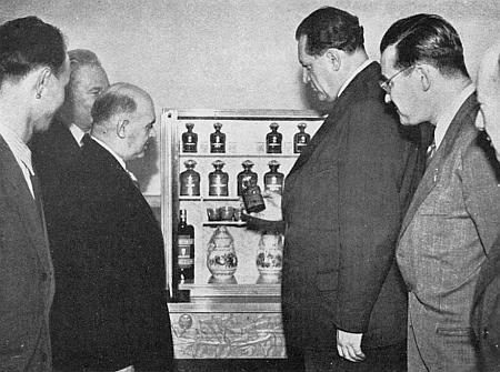 S ministrem Václavem Kopeckým při prohlídce lékárničky, určené jako dar k sedmdesátinám Stalinovým